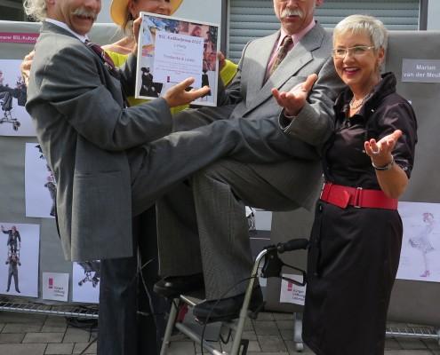 Zum Balanceakt geriet die Urkundenverleihung an das Comedy-Duo Michl Thorbecke (rechts) und Georg Leiste. Vorsitzende Renate Krämer (links) und Geschäftsführerin Gabriele Willscheid kringelten sich vor Lachen. (Foto: BürgerStiftungLohmar)